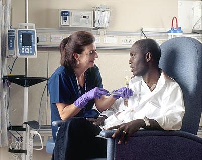 Une infirmière administre la chimiothérapie