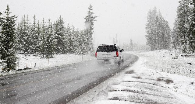 Véhicule sur une route enneigé